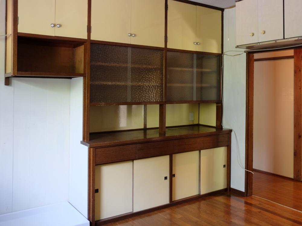 造付けの食器棚。左は洗濯機置き場。