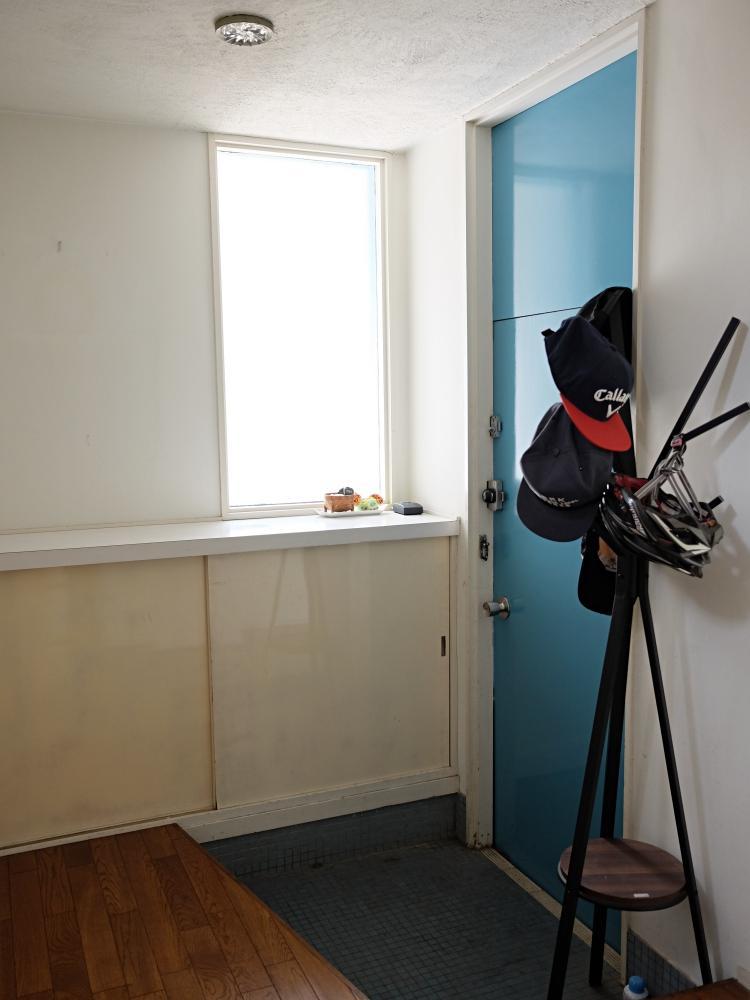 明るい玄関。床はブルーのモザイクタイルです。