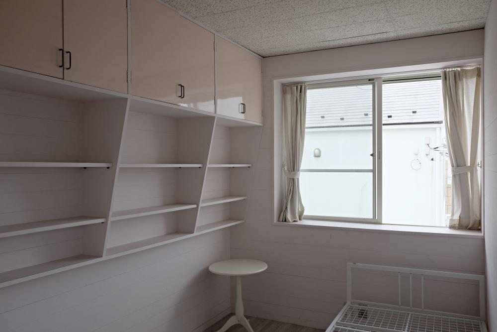 2階|対称に位置する洋室はどちらも同じ仕様で、造付けの棚があります。
