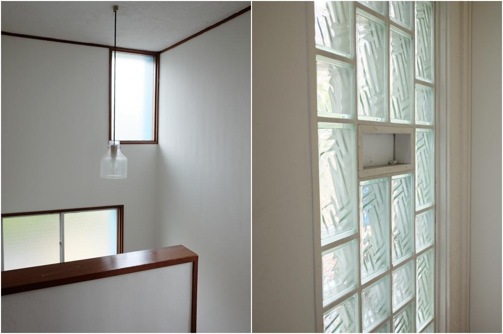 窓が多い階段室|玄関ポスト周りのガラスプロック