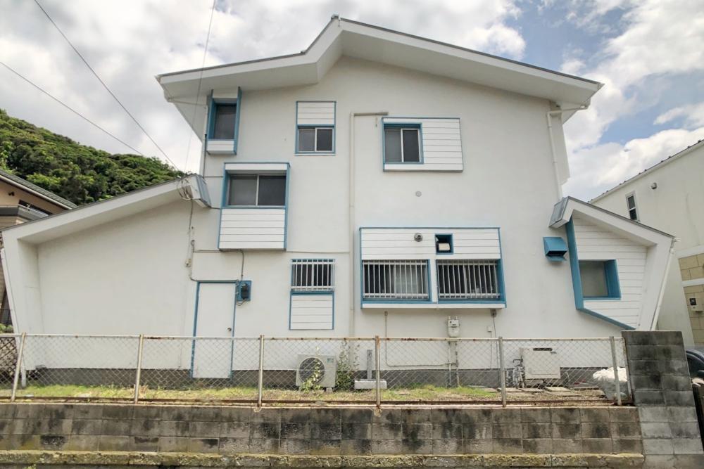 白にブルーが効いた外壁はちょうど4年前に塗装したところ。