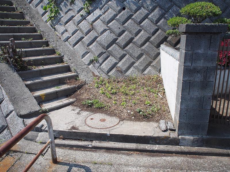 物件の入口はとても狭く、自転車も置けません。