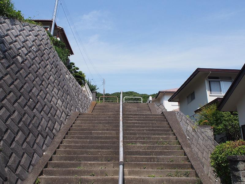 物件入口までの階段。
