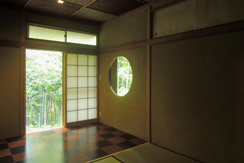丸窓と市松模様の床が印象的な和室