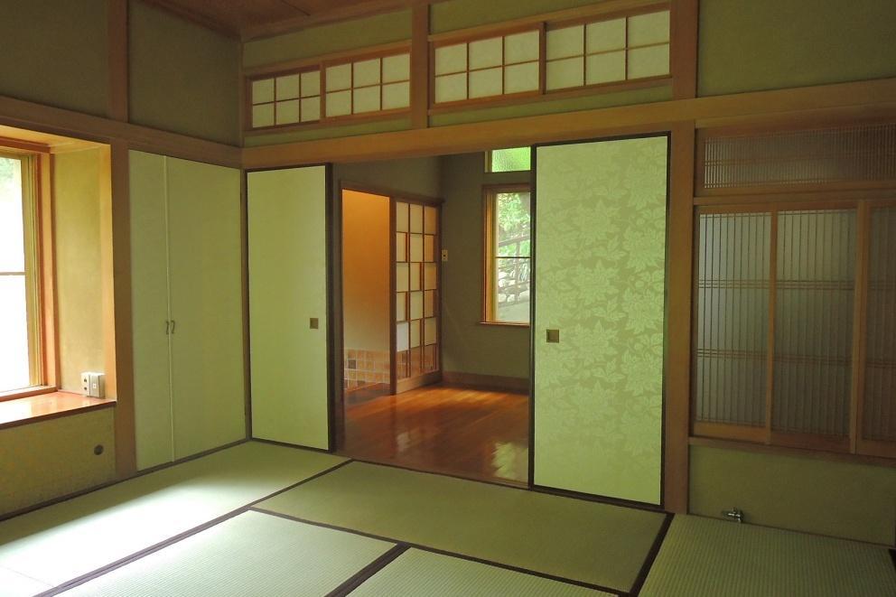 和室8帖から玄関を