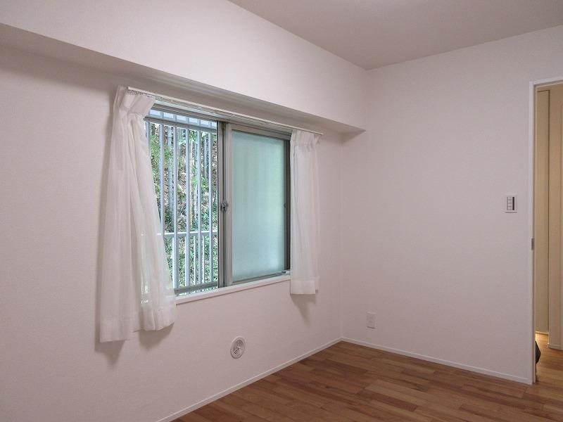 西の洋室は窓は共有部の廊下側についている