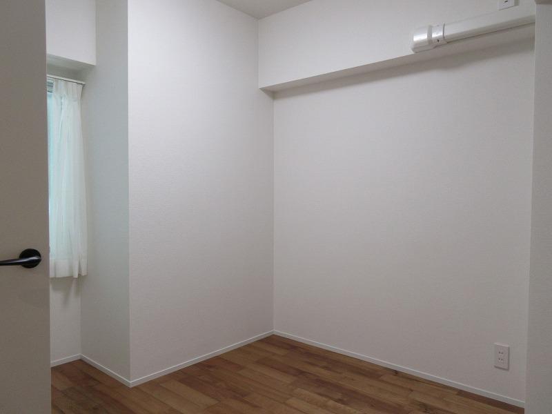 西側の洋室。こちらは変形なので、家具の配置を工夫したい