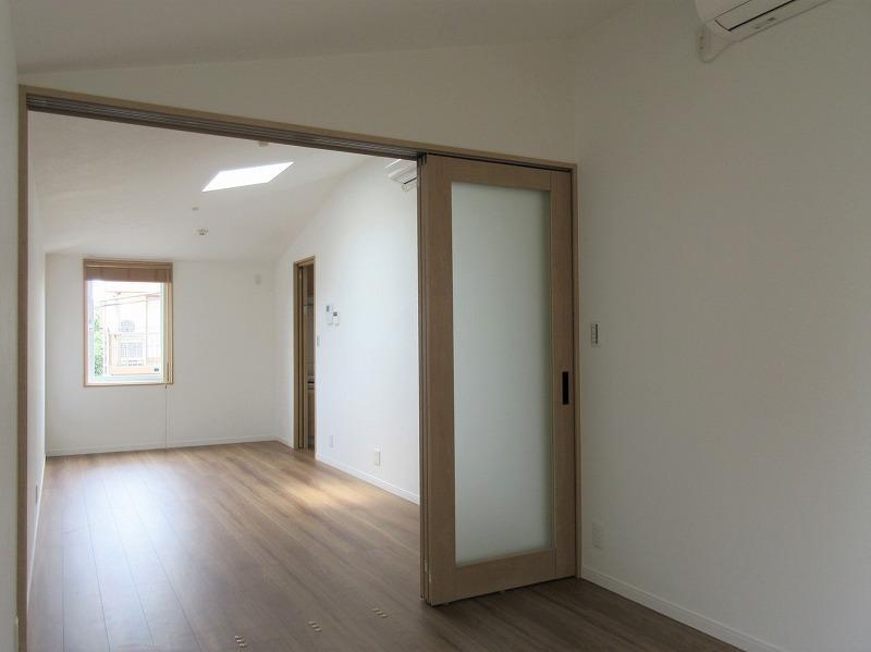 室内も窓は少なく。でも、天窓の効果で優しい光が入る
