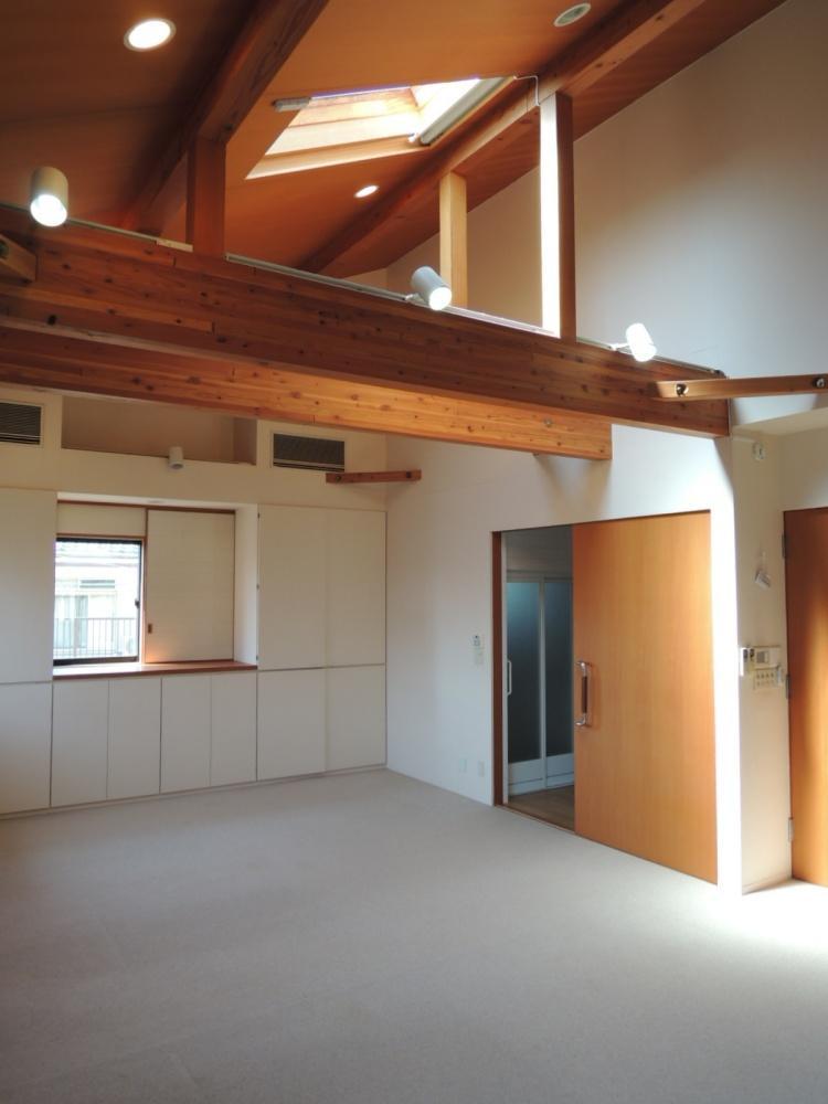 2階の19帖は天井が高く天窓からも光が差します