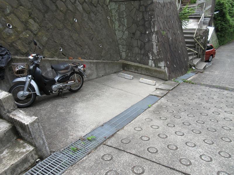 軽自動車しか置けない駐車場は、注意が必要。いまはオーナーがバイクを駐車中