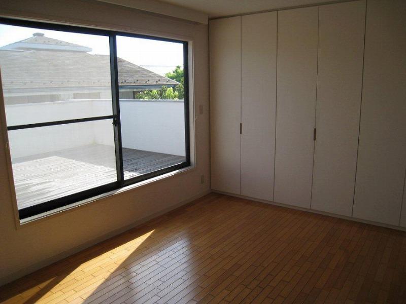 2階の洋室とその先のバルコニー