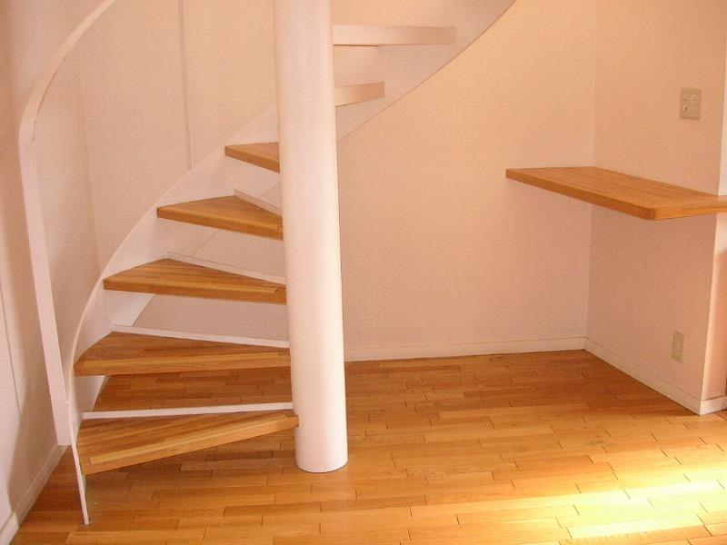 階段は螺旋階段で、スッキリとした印象