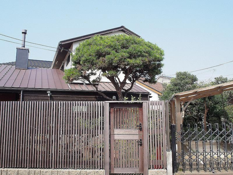 通りにやさしい木の塀