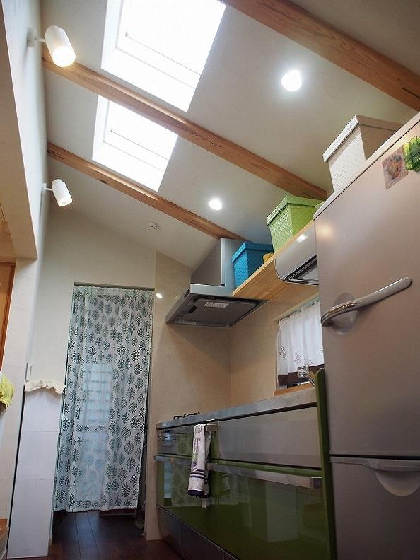 キッチンには天窓があり明るい。