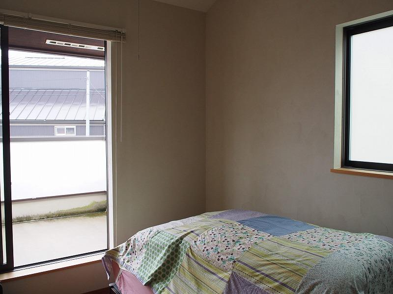 2階の寝室は奥行きのあるバルコニー付き