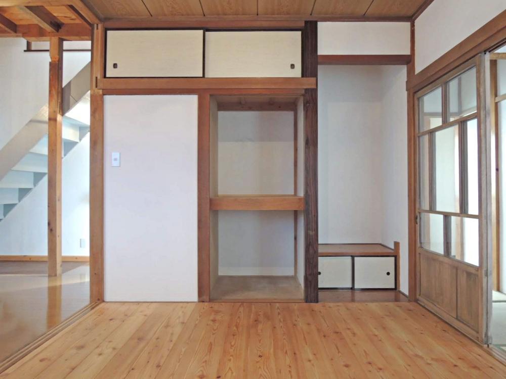 二間続きだった和室の片方を板間に。家具が置きやすくなりました。