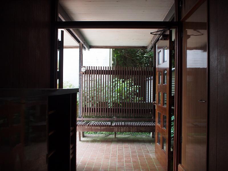 玄関前のベンチ。