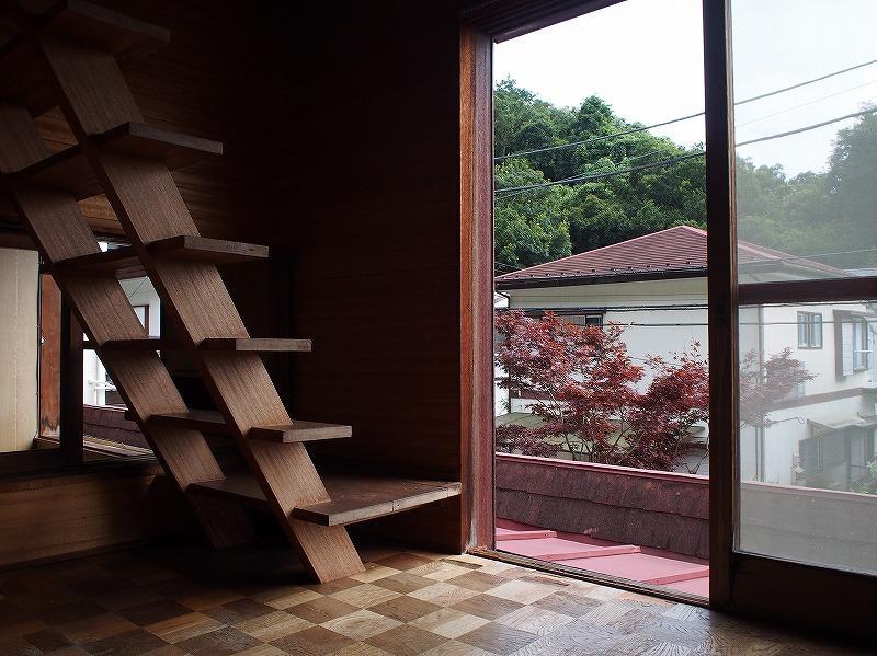 2階の広縁から小屋裏収納へ行くことができます。