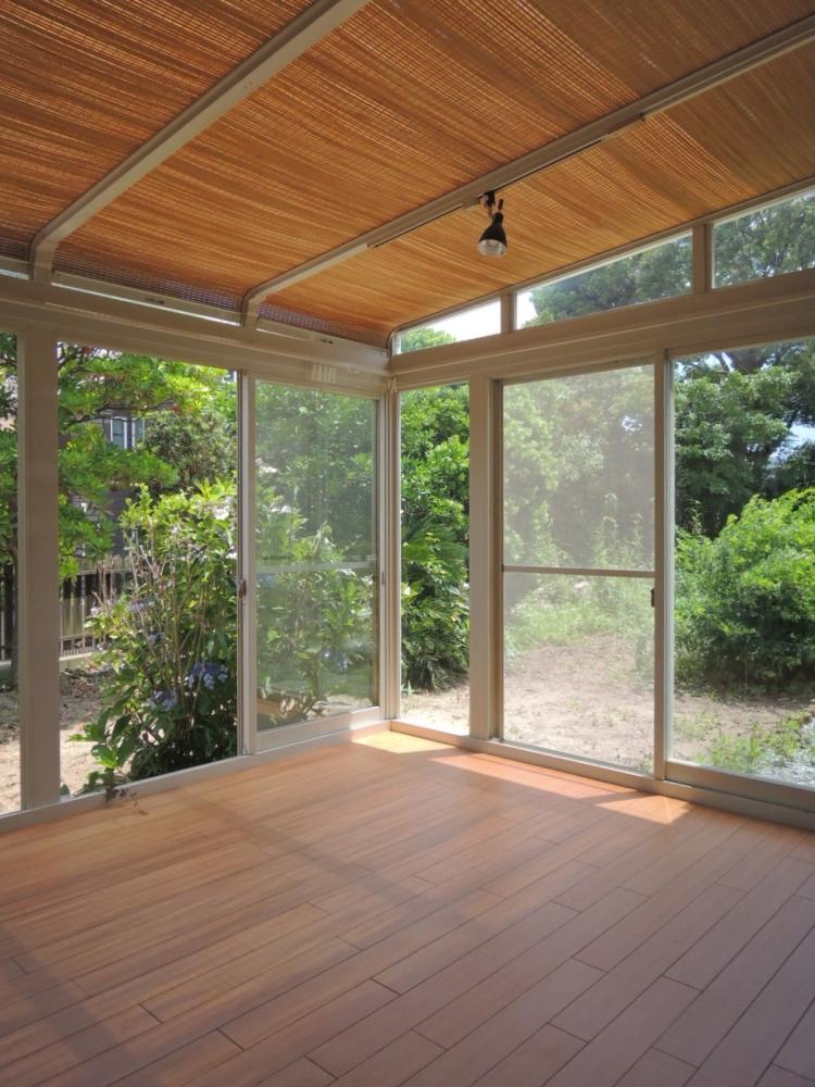 サンルーム 窓の外には共用の庭が広がります