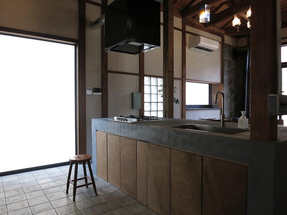 台所は石張りの床にトレンドの造作キッチン