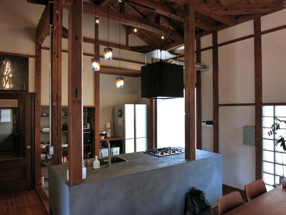 1階台所を食堂から見る