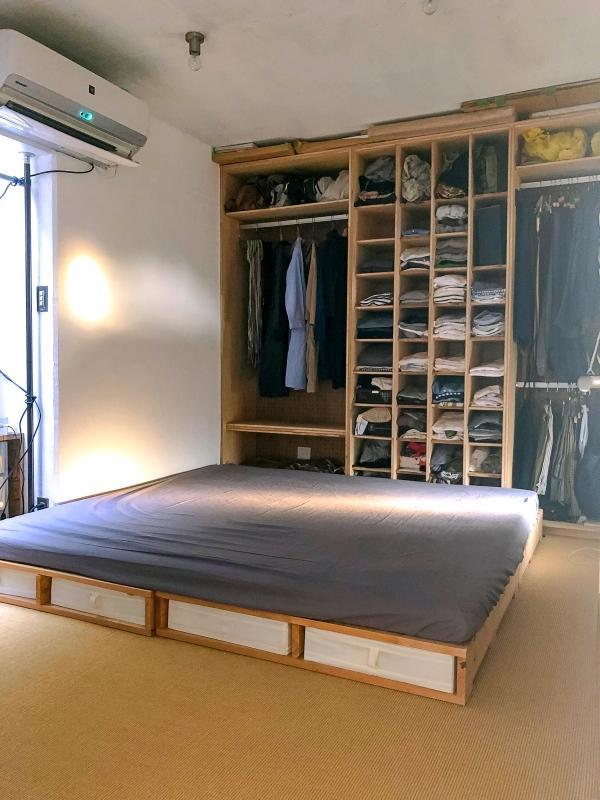 寝室。壁面造作収納は現オーナーの改修によるもの。