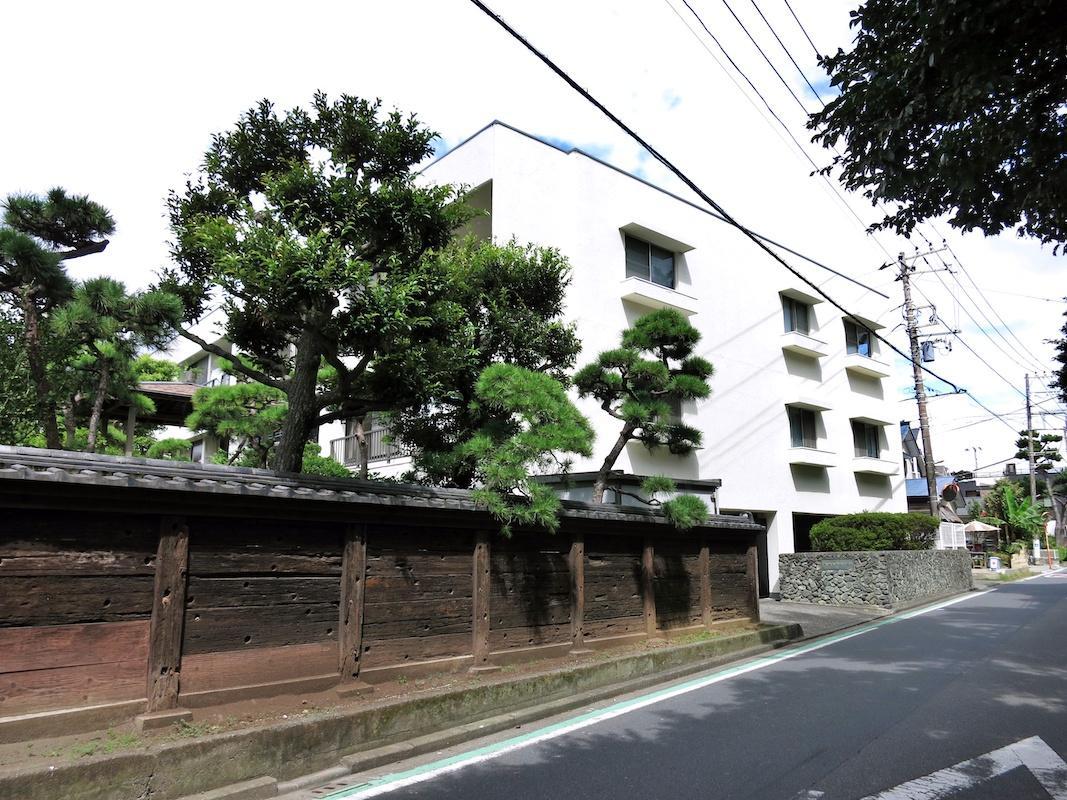 左側の木塀もマンションの敷地です|ラチエン通りの景観の一部になっています