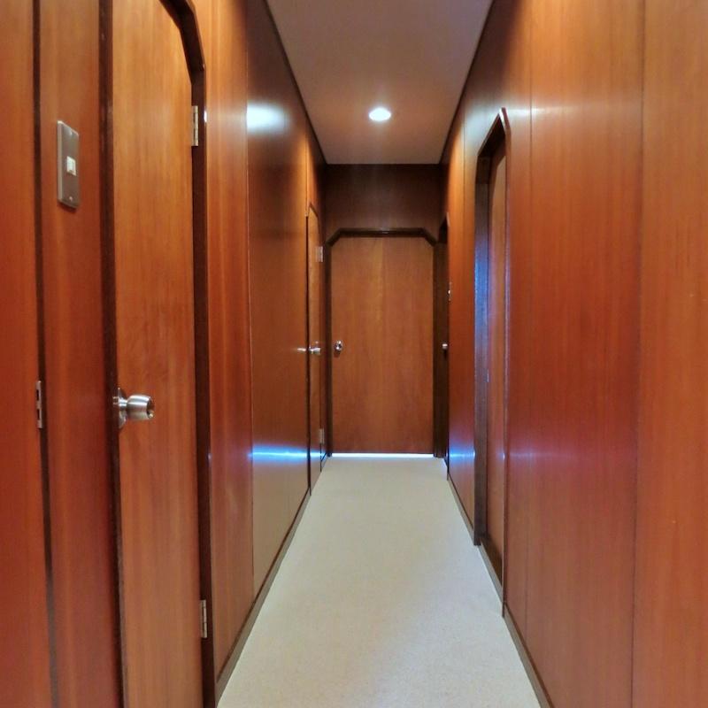 廊下|ずらりと並ぶ扉たちに貿易商がいる船の雰囲気