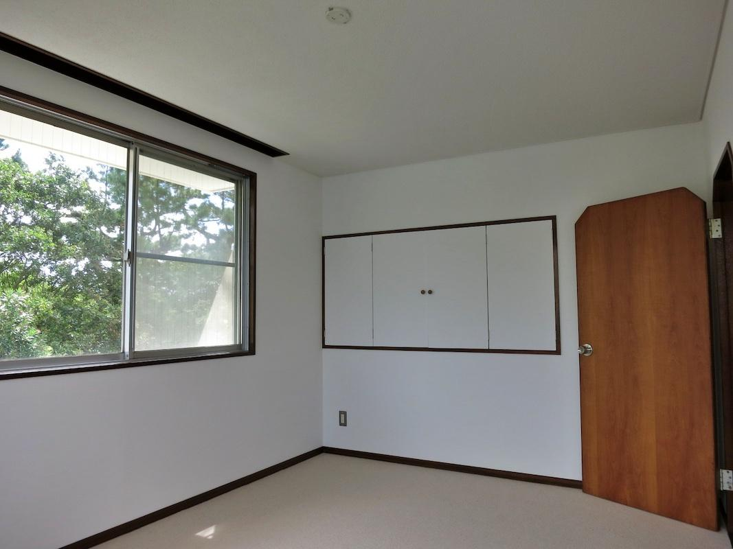 洋室7帖|窓の向こうにも借景の木々があるので眺めが良い