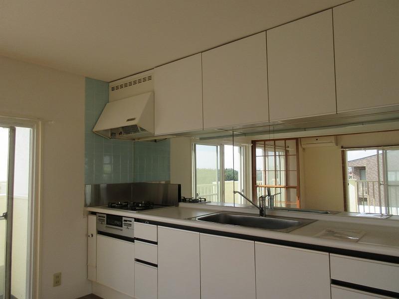 キッチンはドイツ製。キッチンパネルはミラーです