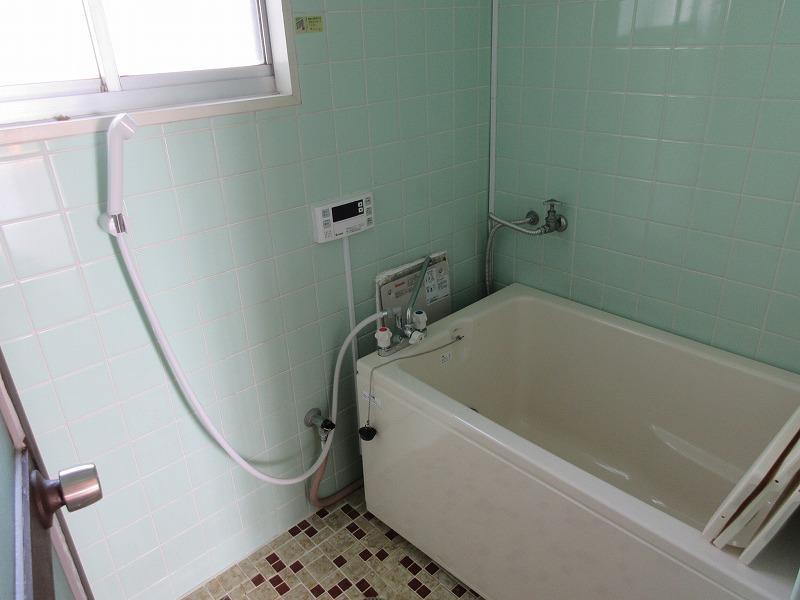 レトロな浴室ですが、追い炊き機能付き
