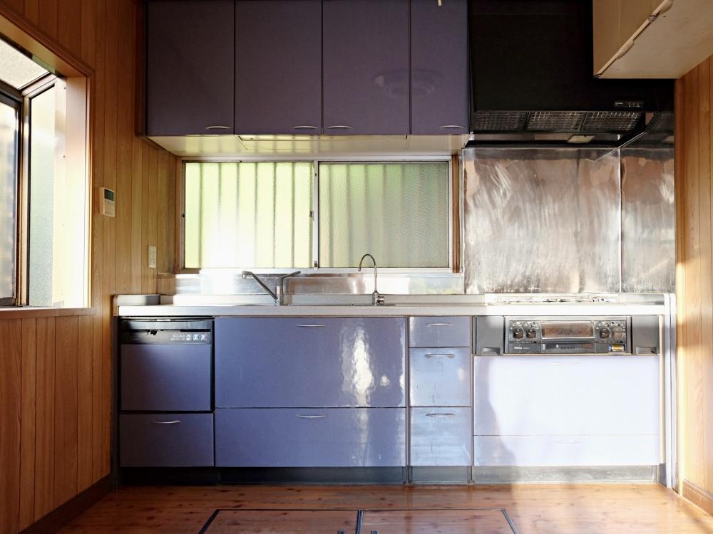 1階キッチン側も日当たり良好。窓を開けると裏の山です。