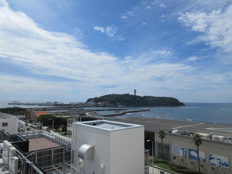 室内からの眺望。江ノ島が目の前に