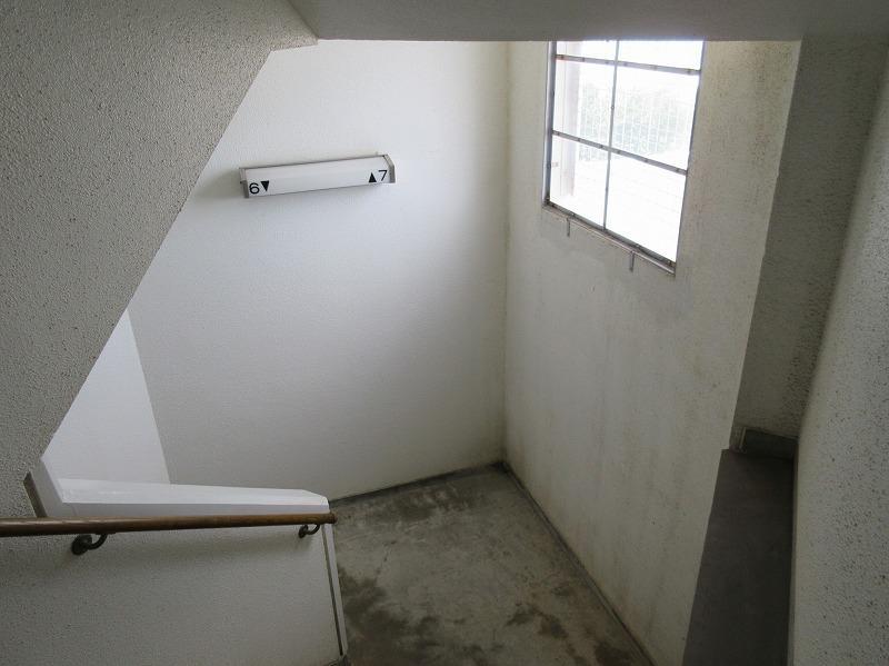 レトロな階段(エレベーターもあり)