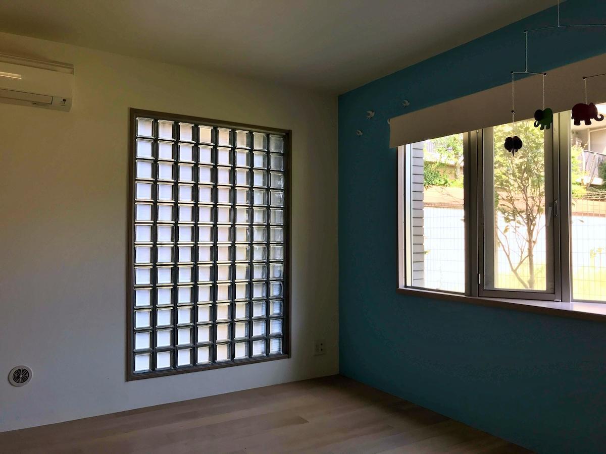 ガラスブロックと緑のアクセントウォールが印象的