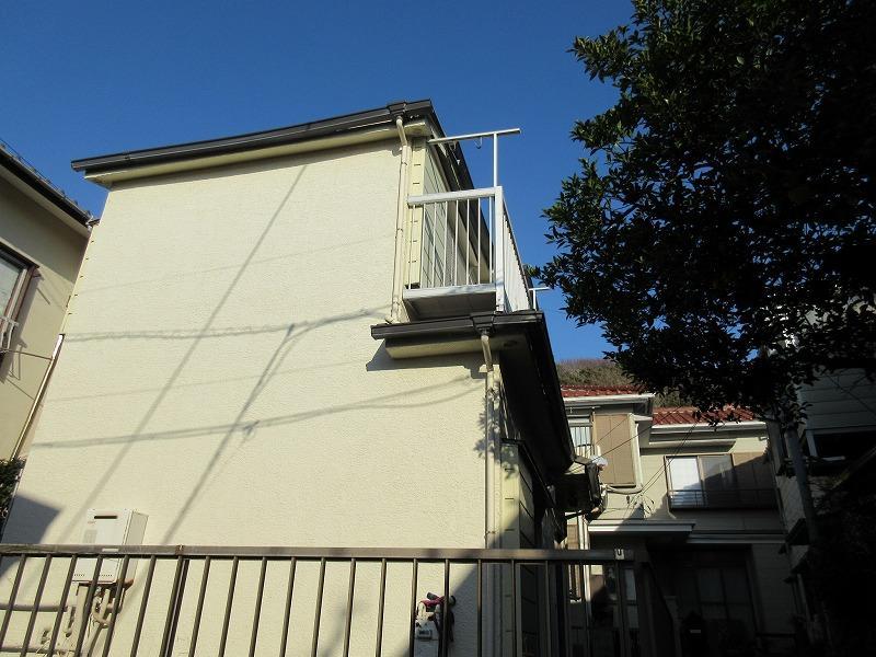 隣の家のみかんの木が見える|白い建物