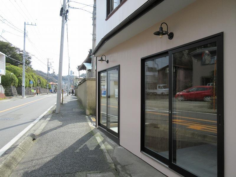 路面の2店舗は美容関係と物販の店舗です