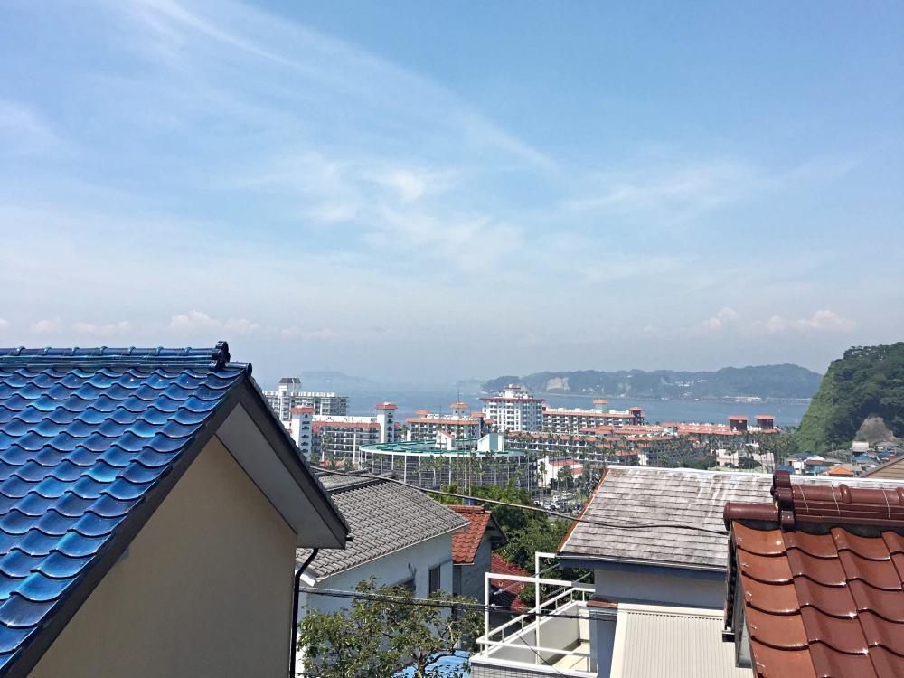 バルコニーからの眺望。天気次第では逗子マリーナ越しに江ノ島・富士山までも。