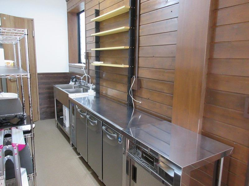 奥に長いキッチンまわり、一番奥の扉がトイレ
