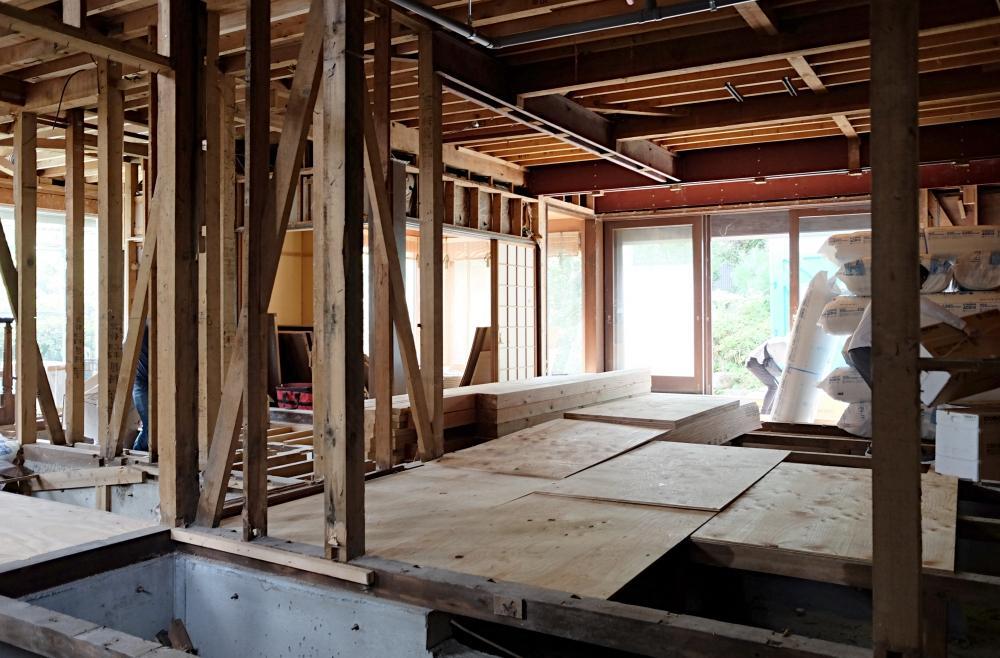 重厚な造りの木造住宅を絶賛解体工事中。賃貸対象は、1階部分です。