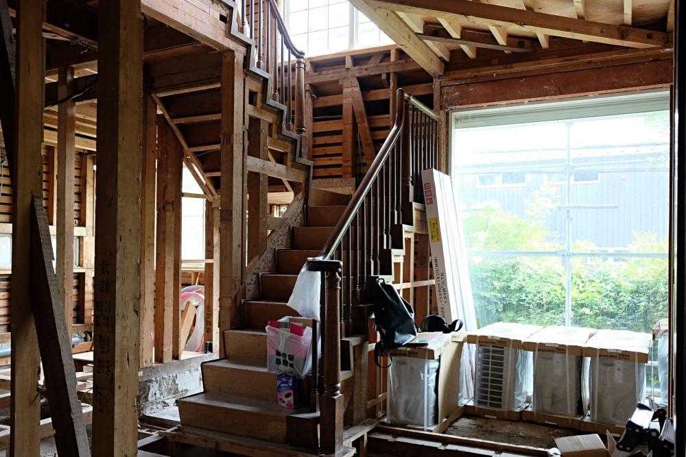 重厚な造りの木造住宅を絶賛解体工事中。階段周辺は非賃貸部分です。