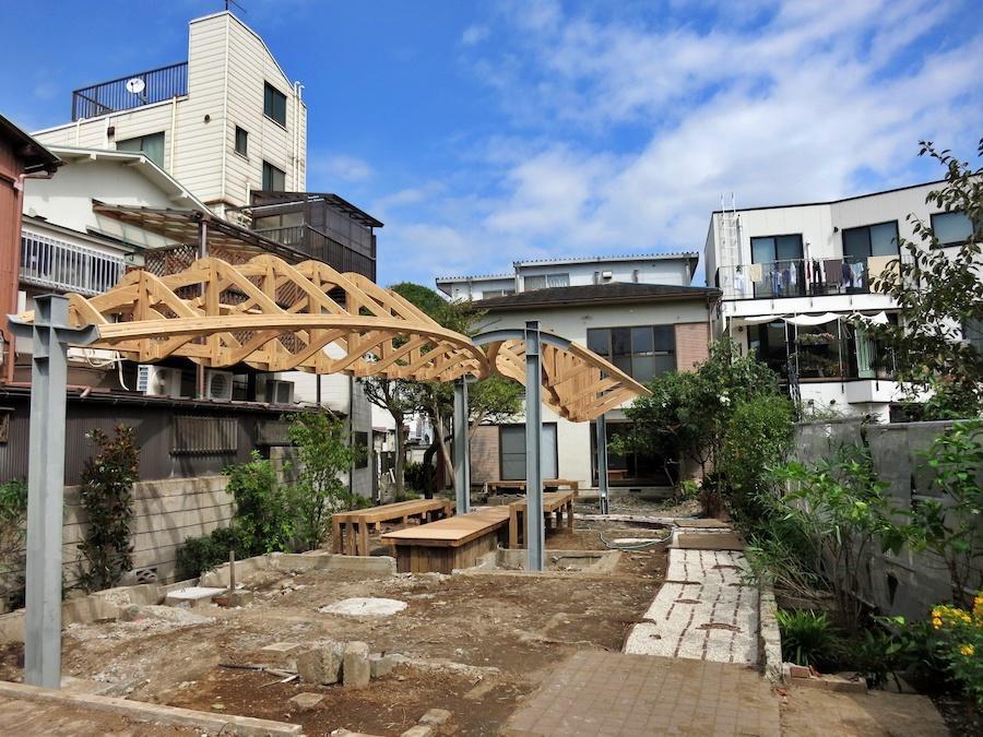 庭と建物の全景|もう少し足元は整備されます