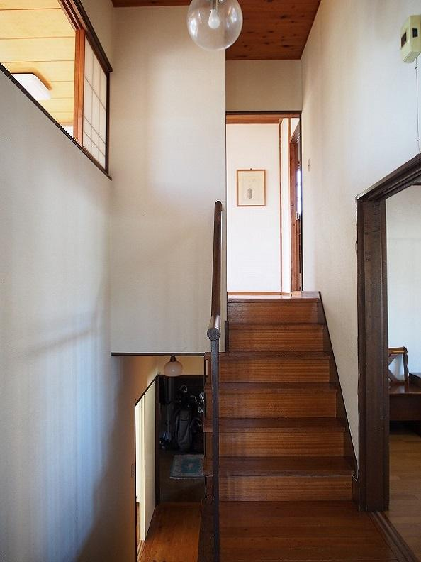 玄関入るとスキップフロアになっています。左上の窓はリビングですのでどこか家全体がつながっているように感じます。