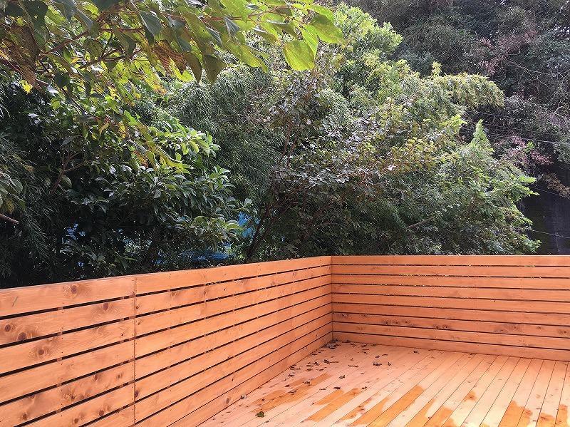 ウッドデッキの木々は自分の敷地か隣かよくわかりませんがいい味わい。