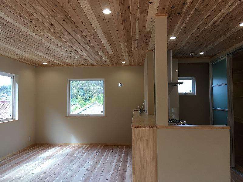 キッチンと対面側には腰の高さの本棚がずらりあります。