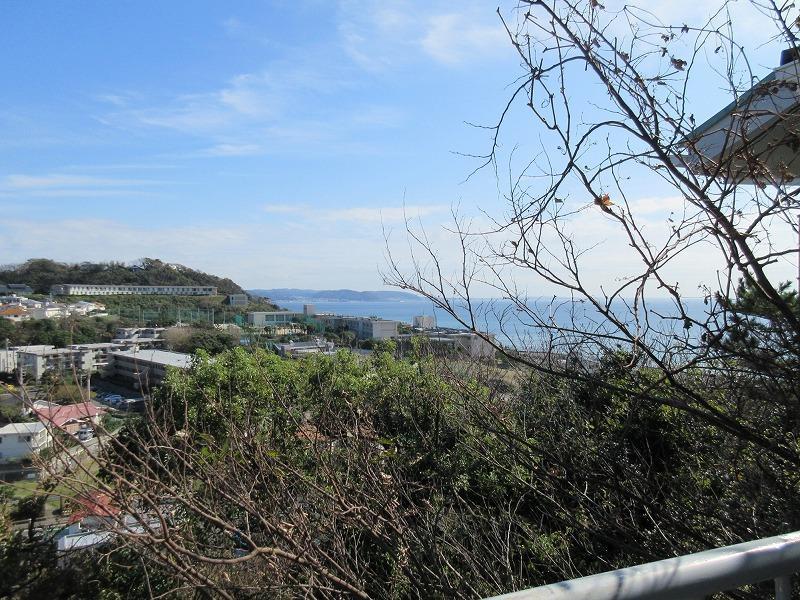 バルコニーからの眺望。海と住宅街を一望