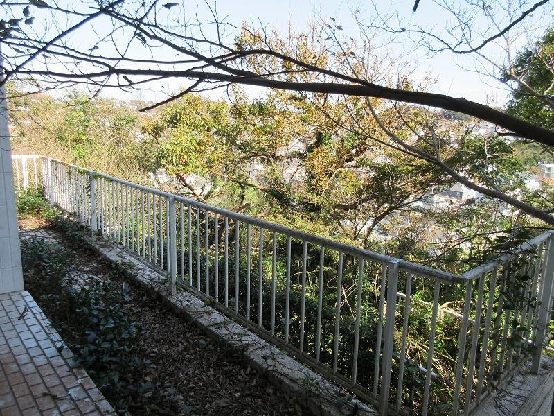1階の庭部分。フェンスの向こうは傾斜地