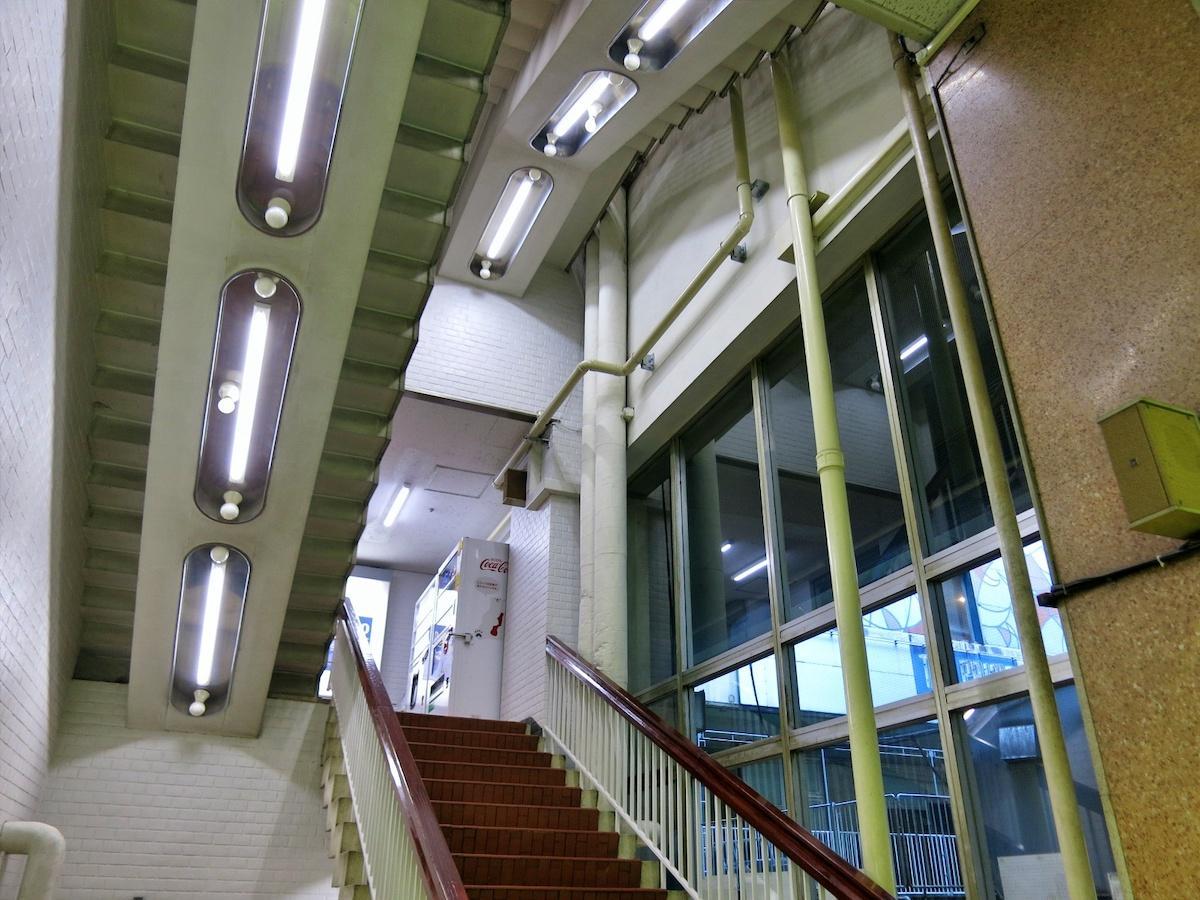 階段室の天井照明は昭和40年代の近未来空間を感じさせる