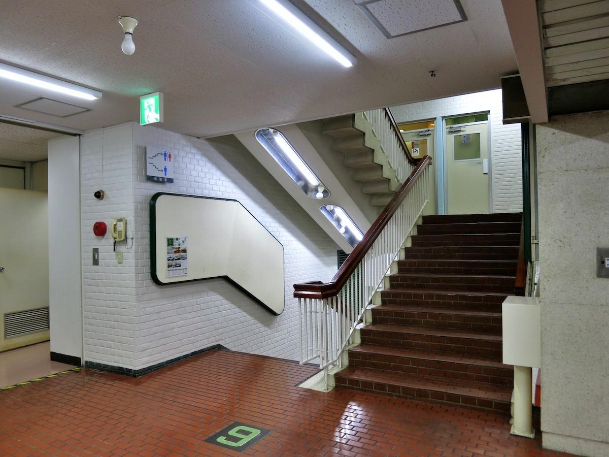 6階の階段室|掲示板と階段の形がきれい