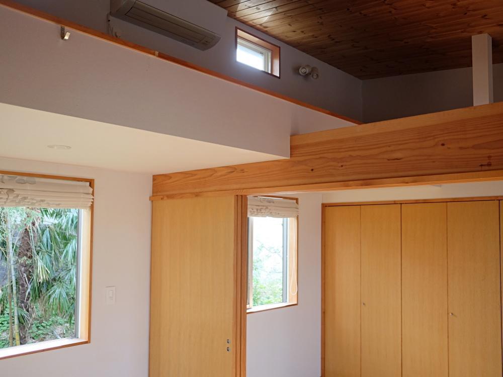 天井裏は部分的にロフトになっています。実用的かつ子どもが喜びそうなスペース